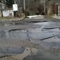 Освен дълбоки, има и дупки с голяма площ върхя асфалта