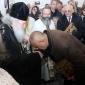 Бойко Борисов целува ръка на патриарха Неофит