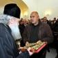 Бойко Борисов връчва подарък Светото писание на патриарх Неофит