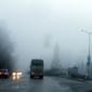 Белият паметникът на Войнишкото въстание почти се слива с мъглата