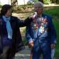 Виден възрастен местен ветеран, колоритно окичен с ордени